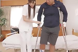 橋本ありな 足を骨折している患者を痴女るスレンダー美人なナース!フル勃起したちんぽを手コキ責め