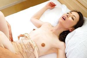 成田あゆみ 美人な人妻がハメ撮り!正常位で男根を出し入れされ感じまくるスレンダー奥様