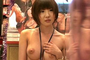 かなた美緒 巨乳美女が1日全裸店長になり購入者のチンコをフェラして抜いちゃう