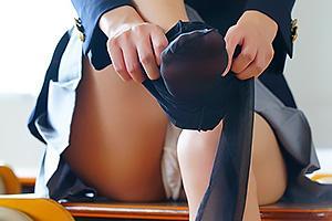 渚みつき 制服美少女JKがパンチラしながら黒パンストを着衣!美脚でちんぽを足コキしちゃう