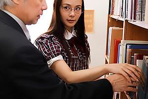 吉高寧々 地味メガネの文学系女子大生にドラッグを盛られる教授!身動きが取れないところを逆レイプ