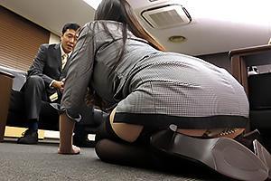 夢乃あいか ガーターベルトの爆乳女社長が土下座でクレーム処理!3Pファックでご奉仕賠償