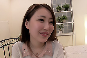 伊東真緒 透明感のある美人妻が欲求不満に悶々とインタビューで性欲を刺激されて本気汁開放!