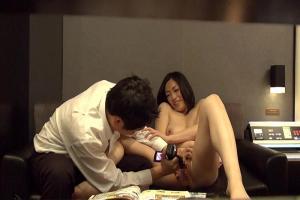 カメラで撮影さながら手マンやディルドでオマンコをじっくりと刺激されちゃう美人人妻