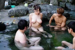 三島奈津子 三十路熟女の爆乳人妻が温泉旅行!大学生達と一緒に混浴してしまい淫乱大覚醒