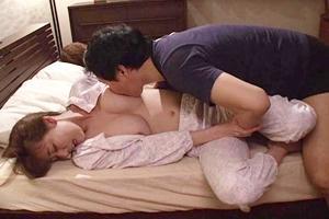 朝桐光 巨乳人妻が義兄に寝取られる!階段で手マンでイカされたり夫が寝ている傍で夜這いされる