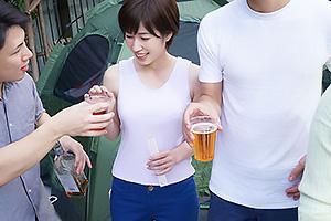 奥田咲 夫の隙を見て美人妻をテントに連れ込む!他人ちんぽをぶち込みNTRセックス