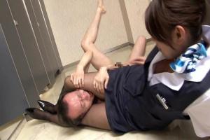 有馬ゆり女子トイレでCAを待ち構えていた全裸の男!黒パンスト美脚で挟まれちんぽを素股