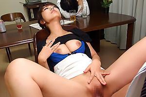 山川青空 巨乳の人妻がオナニーを見せつけ夫の部下を誘惑!パイパンまんこに挿入させNTRセックス