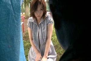 加藤ツバキ スケベなランジェリー姿の人妻をテントで襲うホームレス!夫からの依頼でNTRレイプ