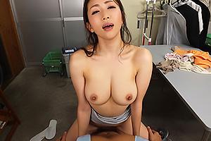 【VR】妃ひかり 店長の奥さんがバイトの童貞男子を誘惑!巨乳を見せつけ筆おろしセックス