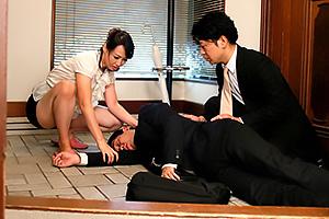 安野由美 シミ付きパンチラ全開で夫の部下の性欲刺激する巨乳人妻の寝取られセックス