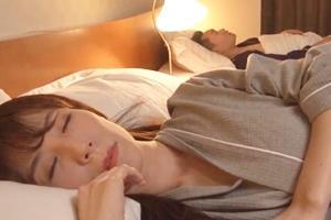 澤村レイコ 人妻の女上司が部下に寝取られる!寝ているところに夜這いされおマンコをクンニされる
