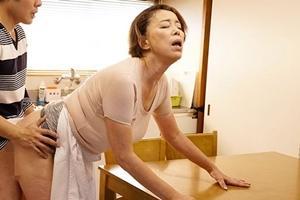 青井マリ 巨乳熟女が夫と濃厚セックス!息子にヤッてるところを見られキッチンで近親相姦してしまう