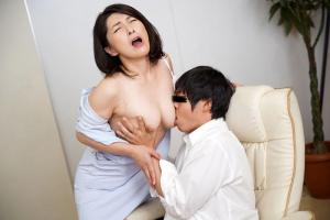 松沢ゆかり 巨乳熟女ナースのオッパイ揉みながら手コキフェラで搾精される
