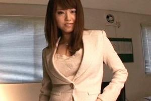 吉沢明歩 美人OLがパンストに男根を擦ってシコシコ!足コキ手コキでザーメンを搾り取る