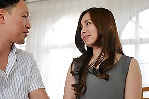 吉澤りょうこ むっちり美尻の専業主婦が溢れる性欲抑えきれずにAVデビューでスタイル抜群の全裸披露!