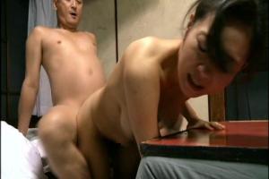 【ヘンリー塚本】全裸になった美人熟女のまんこに挿入!フル勃起ちんぽでガン突きバック