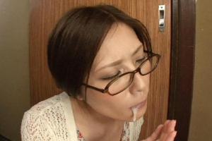 椎名ゆな エロくて色気ムンムンな美人奥さんに玄関先でしゃぶってもらっての口内射精