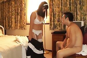 根尾あかり 初恋の幼馴染が父親の性処理メイドと化す!Tバックの脇から肉棒挿入で立ちバック