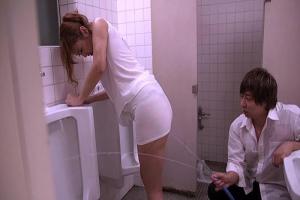 若菜奈央 タイトなワンピースを着衣した女教師を水責め!ノーブラ巨乳が透けまくってしまう