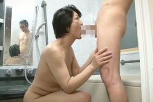染谷京香 熟女がお風呂で息子の男根を手コキフェラ!口内射精してザーメンを搾り取るお母さん