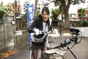 妃悠愛サドルにディルドがついたアクメ自転車に乗車!街中を走り回り羞恥全開の美女