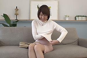 植村なつ 子持ちの四十路熟女妻がAVデビュー!パンストと下着を脱衣して全裸を公開