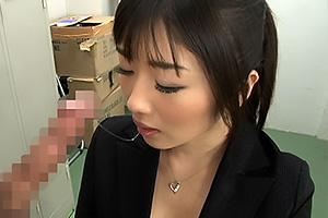 大槻ひびき 痴女OLがマンコ弄りながら卑猥なM字開脚でおしゃぶりフェラチオ!