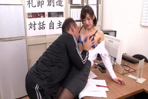 神波多一花黒人用務員に覗かれているとも知らず同僚の婚約者とセックスしちゃう黒パンスト女教師