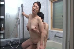 矢沢千春 巨乳熟女が近親相姦セックス!お風呂でフェラとパイズリ!立ちバックでガン突き!