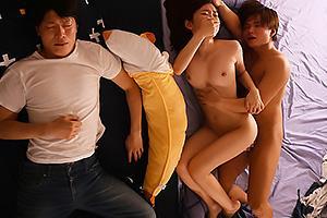 架乃ゆら 隣で寝ている彼女が友達に夜這いされてしまう!NTRセックスに鬱勃起する彼氏