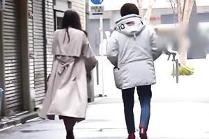 【マジックミラー号】コート姿の三十路熟女妻をナンパ!イケメンちんぽを挿入され不倫ザーメン中出し