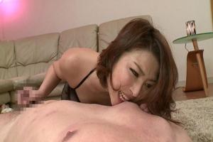 五十嵐しのぶ 高級サロンでは妖艶な熟女エステティシャンが乳首かじりながらの手コキで男を痴女責め!