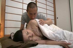 五月裕美子 オナニーで絶頂する熟女母が息子に寝取られ禁断の関係をもってしまう