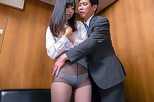 黒川すみれ 保護者面談で裏口入学を理由に寝取られてしまう美人妻!黒パンストを脱がされ手マン責め