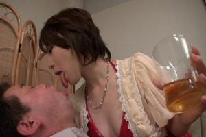 成宮いろは 出張人妻の宅飲み卑猥デリバリー!妖艶ドレスでM男をキンタマしゃぶりつきフェラ!