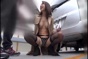 宮崎ちひろ スレンダー美人妻が全裸にコートで野外露出ローターで絶頂