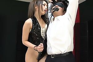 桜井あゆセクシーなボンテージ姿のドS女王様!拘束目隠ししたM男を徹底的にイジメまくる
