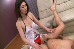 小崎里美 高級痴女サロンの美熟女の濃厚フェラチオと乳首責めで口内発射!