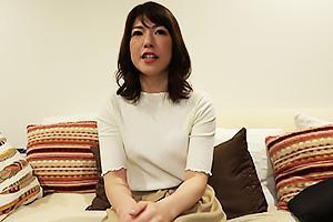 美人な四十路熟女妻の自宅を訪問!寝室にお邪魔したらNTRちんぽをぶち込み背徳の不倫セックス