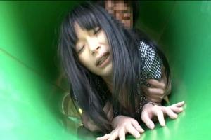 前田陽菜 公園の遊具内で犯されてしまう童顔美少女!あまりの快感にイキ潮をまき散らしてしまう