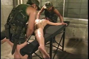 【ヘンリー塚本】全裸にされ男達の肉便器にされてしまう女!肉棒をぶち込まれ輪姦レイプ