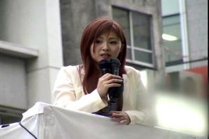 橘ミオン野外で演説しながらまんこを弄ばれるお姉さん!周りにバレないように快感を堪える