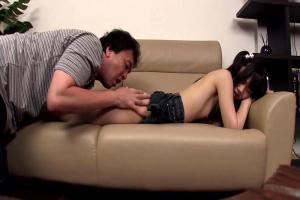 黒髪貧乳のロリ娘にエッチなイタズラしちゃうおじさん!足裏を舐めまわしパイパンまんこをローター責め