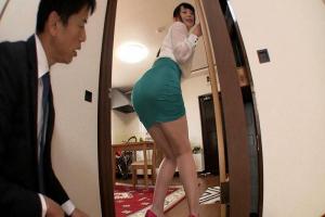 結月せいら パツパツタイトスカートな子連れデカ尻人妻に欲情!美尻満喫騎乗位尻コキ!