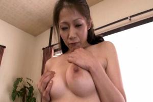 友田真希 巨乳の美熟女母を全裸にして撮影する息子!まんこをくぱあしながらオナニー開始