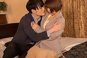 相澤ゆりな 出張先の相部屋でイケメンの同僚と宿泊する人妻!押し倒されてしまいNTRセックス