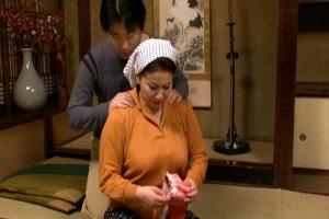岩崎千鶴 むっちり母に欲情の近親相姦!抵抗しても息子のペニスに興奮フェラして中出し肝っ玉農家の夫人!