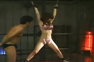 ランジェリー姿で拘束された美少女をくすぐり攻撃!巨乳を露出され乳首責めされてしまう